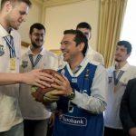 Με φανέλα της Εθνικής Νέων του μπάσκετ ο Τσίπρας (ΕΙΚΟΝΕΣ)