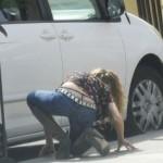 Ηθοποιός σκύβει να πιάσει τα κλειδιά της και…μας δείχνει το …