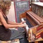 Μόλις αυτός o άστεγος κάθισε στο πιάνο, μας έμαθε να μην κρίνουμε κάποιον από την εμφάνισή του…
