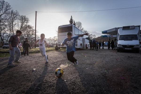 Η άλλη όψη της σκληρής πραγματικότητας: προσφυγόπουλα που έχουν εγκλωβιστεί στα Τρίκαλα δεν ξεχνούν τη χαρά του παιχνιδιού (SOOC)