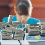 Εμπλοκή με τρόικα: Ζητά έκτακτη εισφορά σε τραπεζοϋπαλλήλους και μαχαίρι σε δώρα