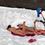 Δεν κάνει κρύο στην Ελλάδα και το απέδειξαν φορώντας μαγιό στο χιόνι